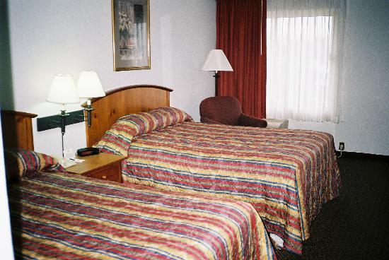 Holiday Inn Express Van Nuys: A view of the beds in Room 709