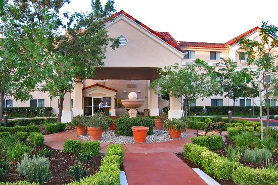 Fairfield Inn Visalia: Entrance and garden late afternoon
