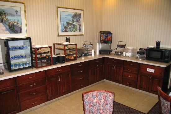 فيرفيلد إن باي ماريوت فيزاليا سيكويا: Breakfast room - continental breakfast + waffels & otameal