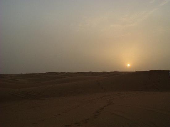 Le Meridien Al Aqah Beach Resort: Sunset over the dunes