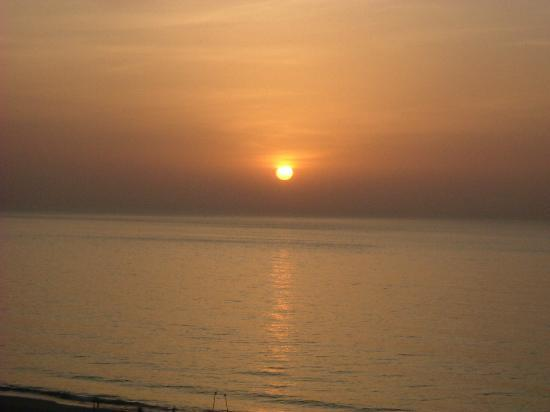 Le Meridien Al Aqah Beach Resort: Sun rise over the Gulf of Oman