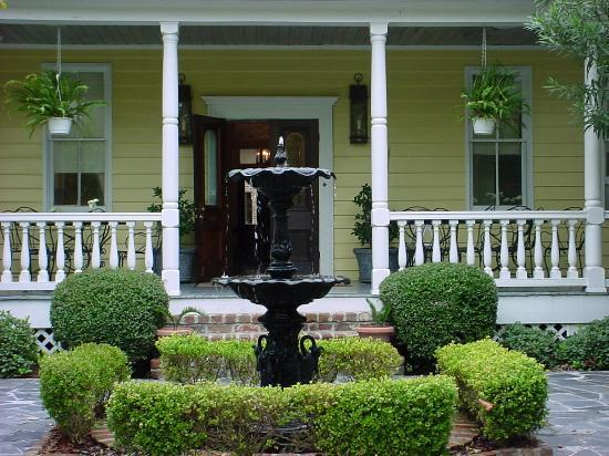 Barksdale House Inn: The back porch and garden