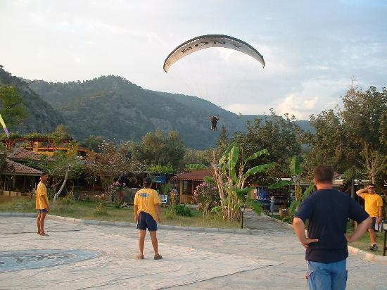NOA Hotels Oludeniz Resort Hotel: Cool paragliders coming in to land