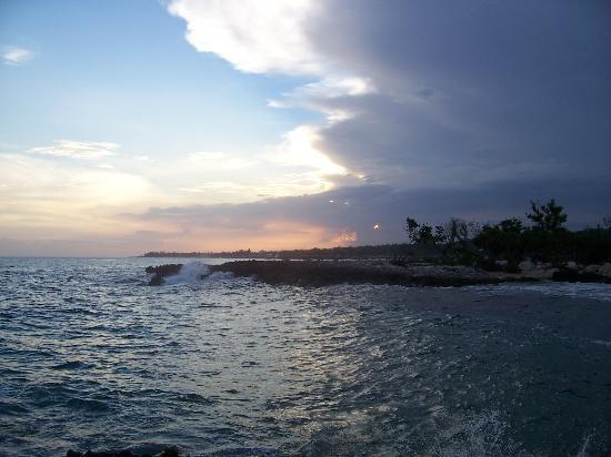 Coral Cove Resort: Sunset view from point