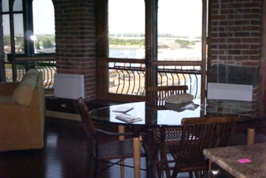 Les Apparts du Vieux Montreal: Apt dining area