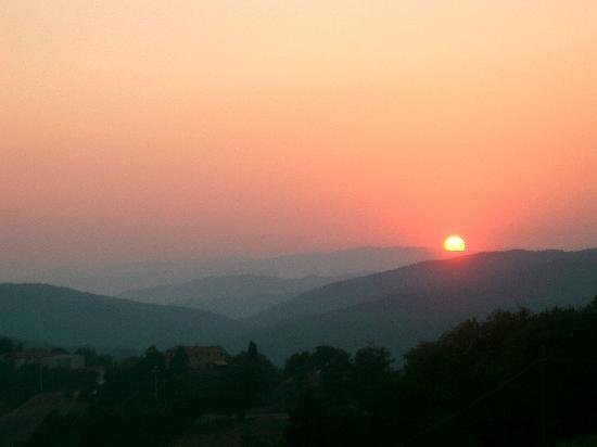Agriturismo Erta: Lovely sunset from on site Osteria di Varno
