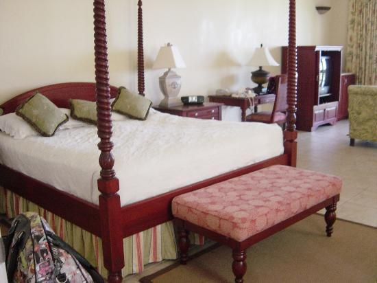 Half Moon : Bedroom area of Hibiscus Jr Suite