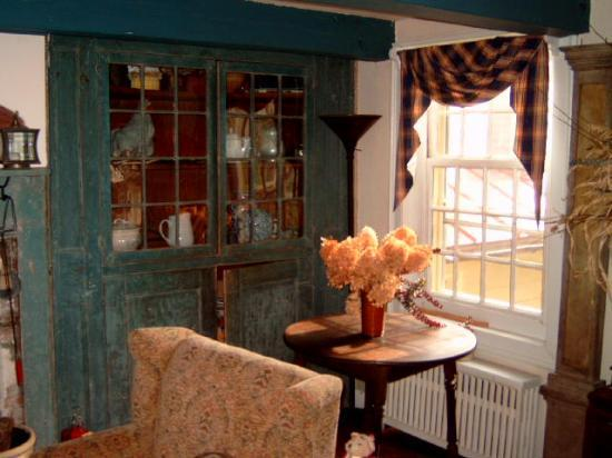 Olde Rhinebeck Inn: Old cupboard with original paint in the living room