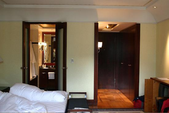 Hotel Adlon Kempinski : A lovely room with an almost maritime feel.