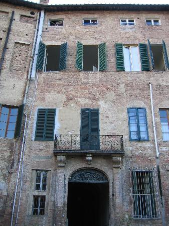 Palazzo Bruchi: Pic from the backyard - B&B on the 2nd floor (open windows)