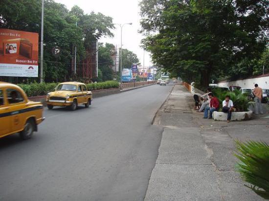 Taj Bengal Kolkata: Sidewalks just outside the Hotel