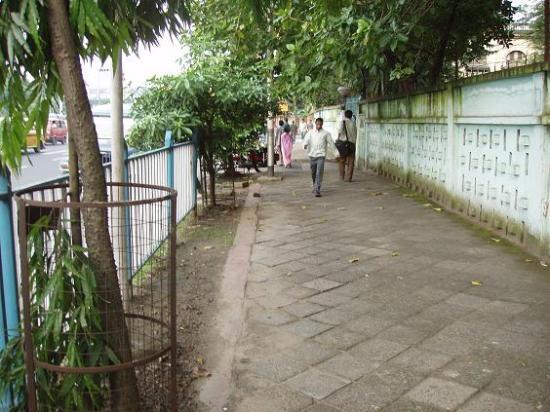 Taj Bengal Kolkata: Sidewalks leading to Victoria Memorial
