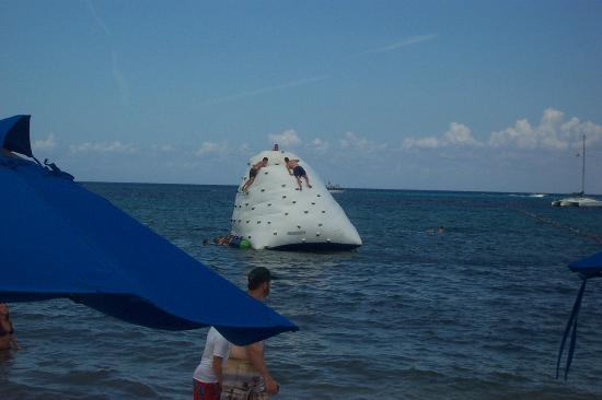 Paradise Beach : Floating Iceberg Climbing Wall
