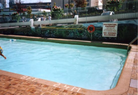 Best Western Fallsview: A look at the deep end of the outdoor pool