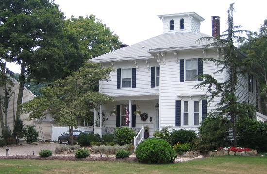 Captain Tom Lawrence House Inn: view from the lawn