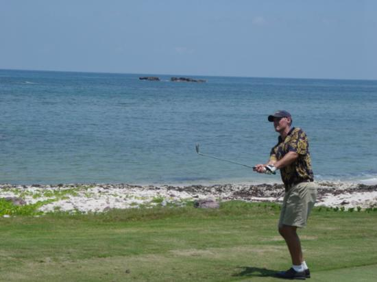 Four Seasons Resort Punta Mita: golf swing with ocean behind