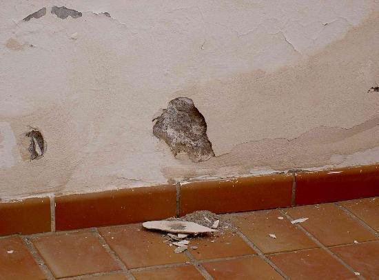 Golf del Sur, İspanya: Plaster fallen off terrace wall