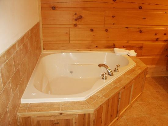 House Mountain Inn: The Jacuzzi tub in Little Big House Mountain Room.