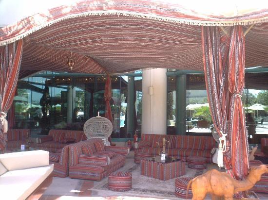 Hilton Dubai Jumeirah : Shaded seating area by pool