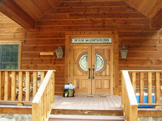 House Mountain Inn: Entrance to the banquet hall.