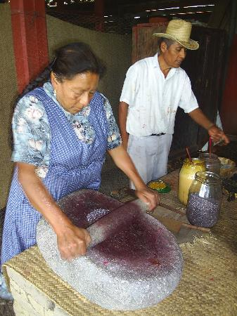 Teotitlan del Valle, Meksyk: Mrs. Hernandez grinds dried cochineal bugs into a purplish powder.