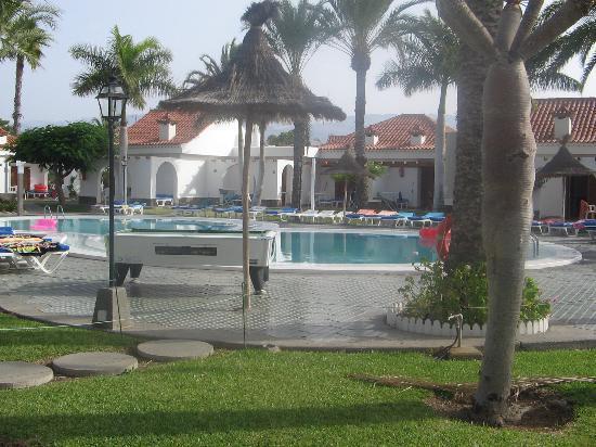 Kiwi Bungalows: Pool+sunbed area