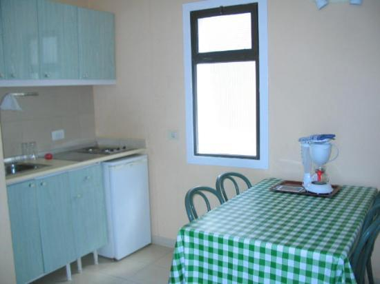 Corona Rosa: kitchen