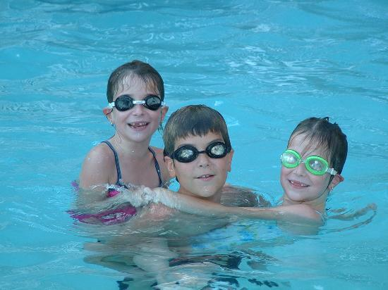 Commerce, CA: The kids swimming in the Ramada in outside pool