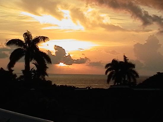 Round Hill Hotel & Villas: Sunset from Terrace