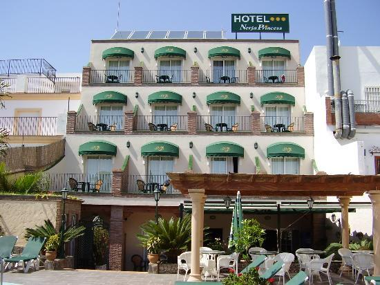 Hotel Nerja Princ: Back of hotel/ pool area