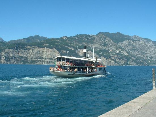 Malcesine, Italien: A ferry