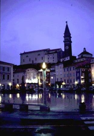 Piran, Slovenië: The main square, rain-washed, at night