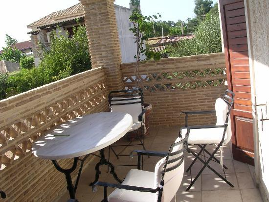 Garden Village Apartments: Apartment balcany - great for eating outside