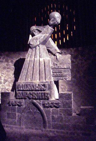 Wieliczka, โปแลนด์: A statue of Copernicus carved in salt