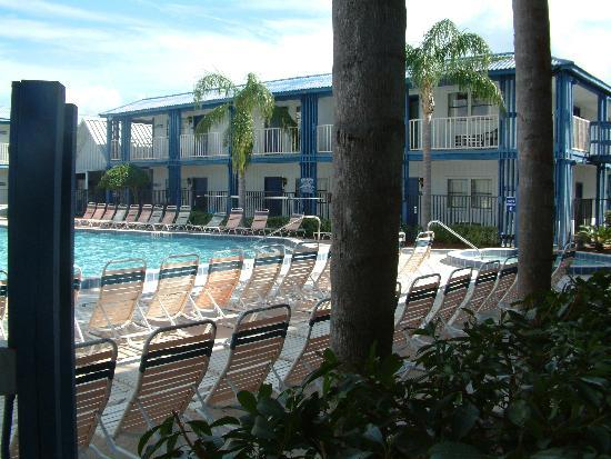 Clarion Hotel Orlando International Airport: Pool open till late !!!