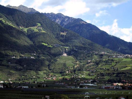 Hotel Residenz Pazeider: Castles across the valley