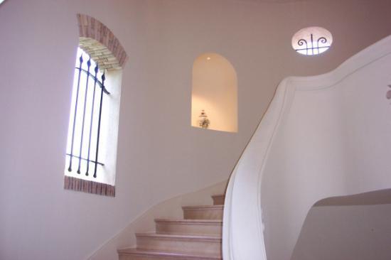 Chateau Saint-Martin & Spa: Inside staircase