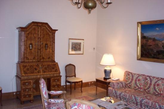 Chateau Saint-Martin & Spa: Seating area near lobby