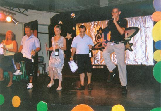 Fiesta Hotel Tanit: The winners of the day's activities receive a bottle of champagne and do a dance with Jordi...