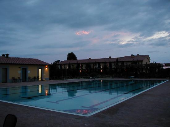 Campastrello Sport Residence Hotel: Evening shot of the swimming pool