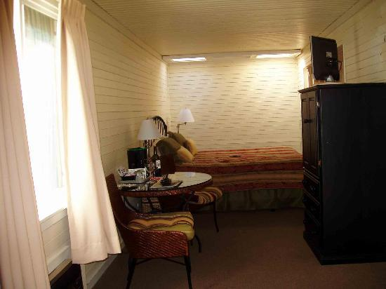 Napa Valley Railway Inn: Length of room