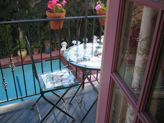 Villa Rosa Inn: Balcony, table, pool...