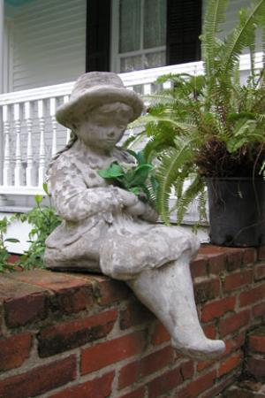 T'Frere's Bed & Breakfast : Statue on the Front Porch