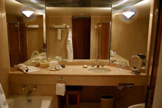 Foto de metropolitan hotel vancouver vancouver bathroom for 5 star hotel bathroom designs