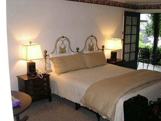 Merritt House Inn: Room #4 Bed