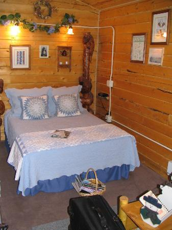 EarthSong Lodge - Denali's Natural Retreat: Beautiful quilt on the bed in our cabin.