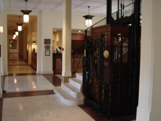 Raffles Grand Hotel d'Angkor: Lobby area with the lift
