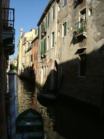 Locanda San Barnaba: Canal adjacent to San barnaba