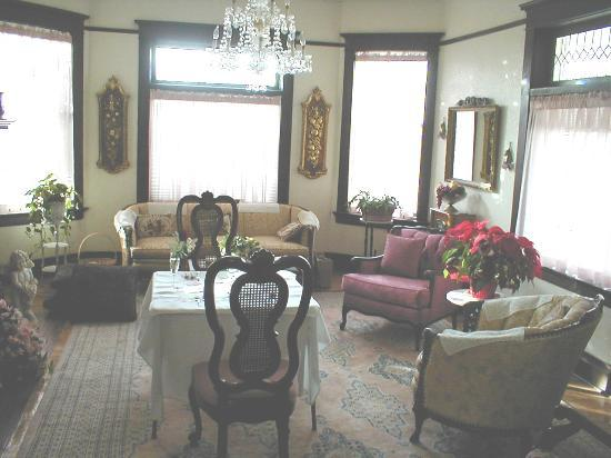 Sunset Heights Bed & Breakfast Inn : Parlor