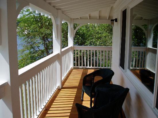 Mirror Lake Inn Resort & Spa: Porch with wicker